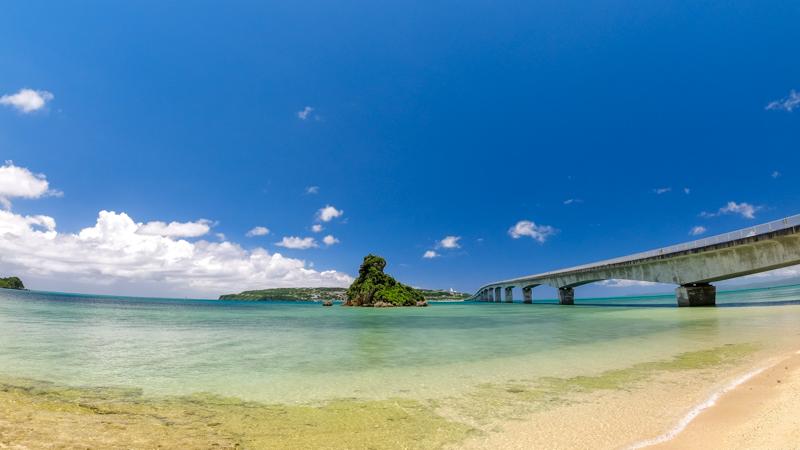 ビーチから見た古宇利大橋