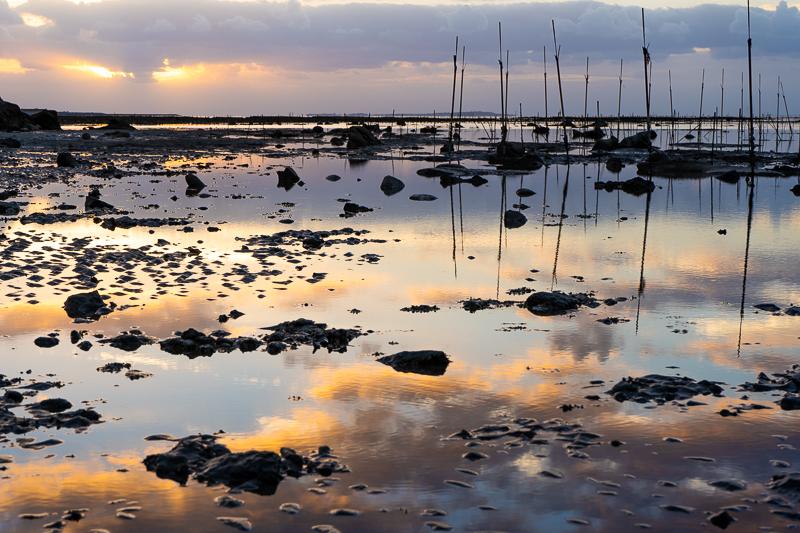 泡瀬干潟の水面に映る朝焼け