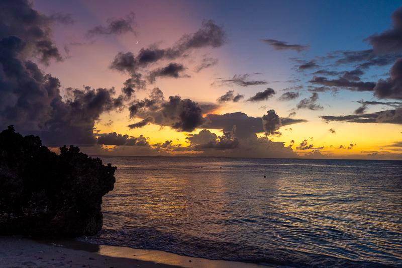 与論島の兼母海岸の夕焼け