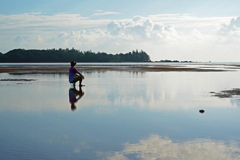 潟原干潟でのんびり景色を眺める