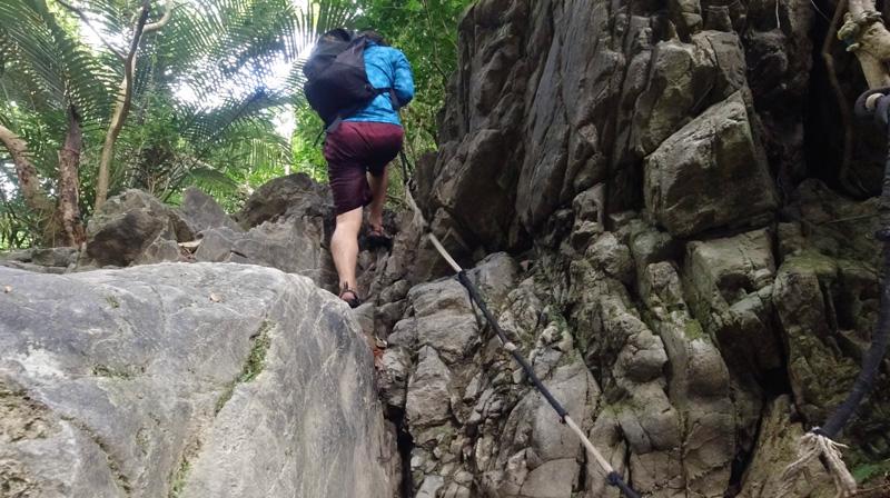 ター滝道中で岩登り
