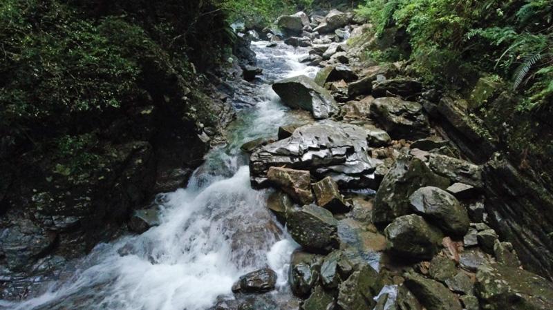 比地大滝近くの大きな石