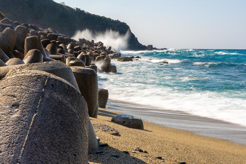 与那海岸の激しい荒波
