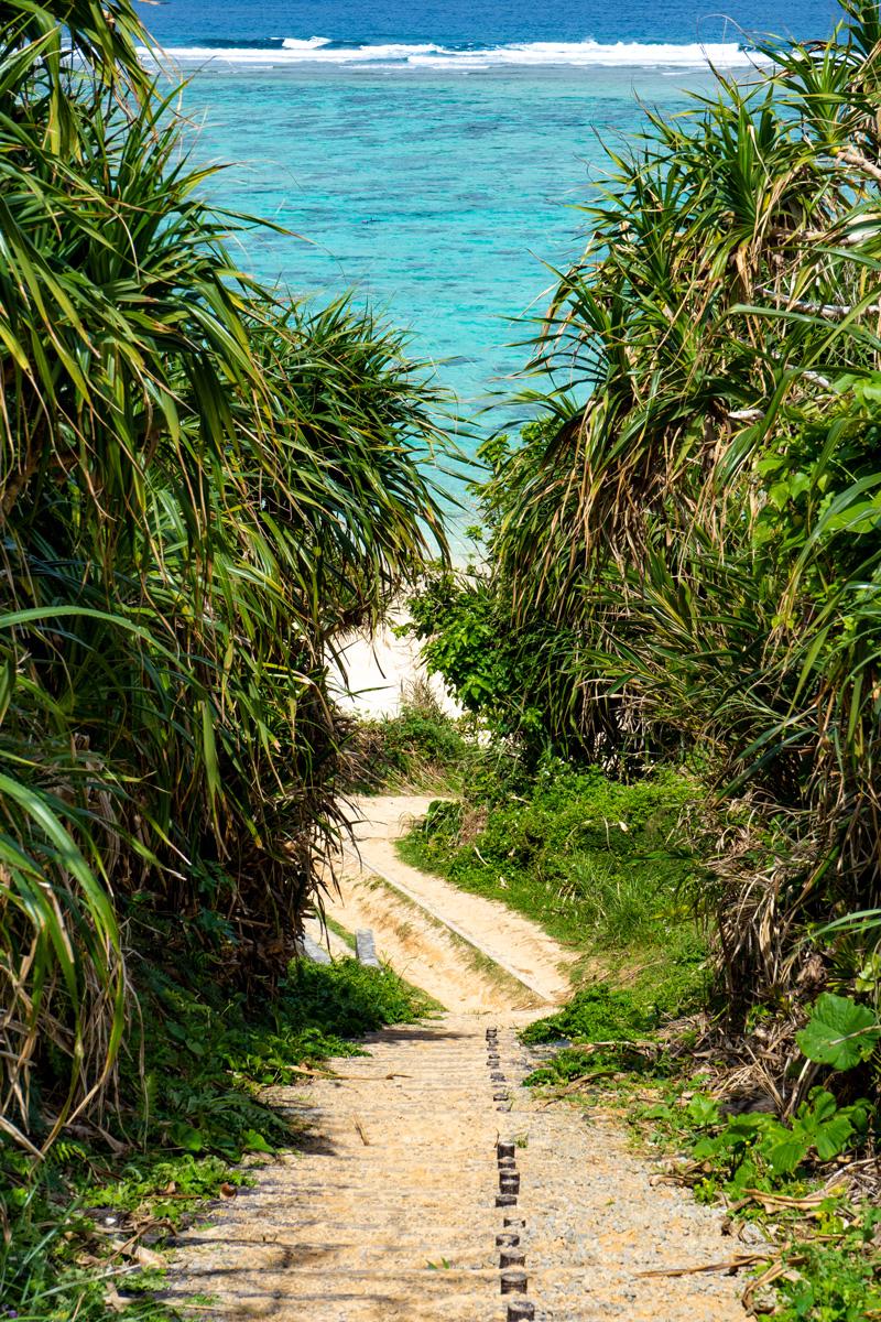 階段から眺めるザネー浜