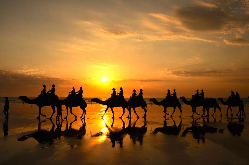 ブルームのケーブルビーチとラクダと夕日